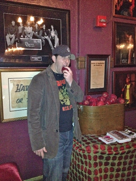Lee eats a traditional free apple @ The Fillmore (San Francisco)