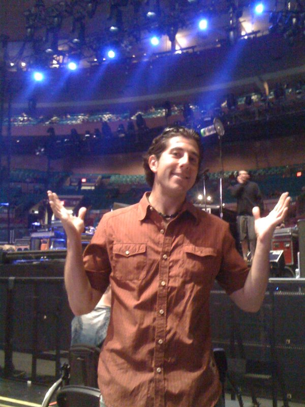 Lee shrugs in the 4th row at Black Keys/Pearl Jam at MSG!