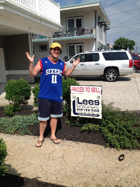 Lee shrugs at Lee\'s Real Estate (North Wildwood)