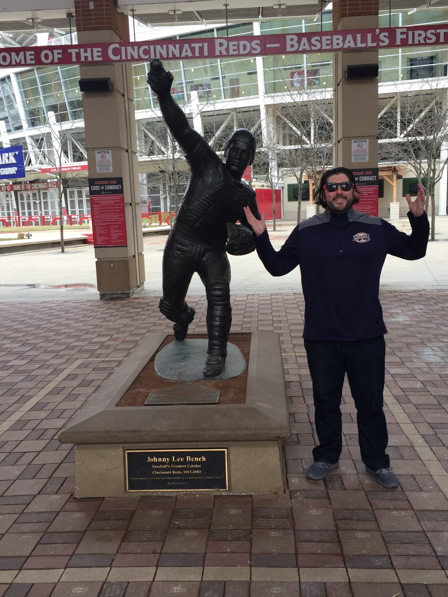 Lee shrugs at Johnny Bench (Cinci).